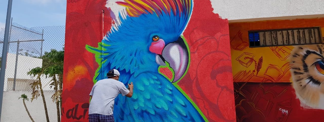 """A través del arte jóvenes rehabilitan mural del parque """"Manos Solidarias""""."""