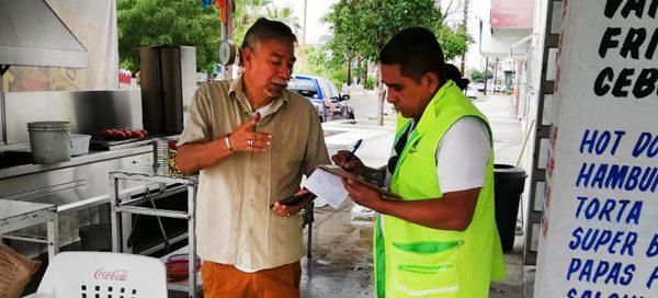 COEPRIS realiza recorridos de control saintario en venta de alimentos.